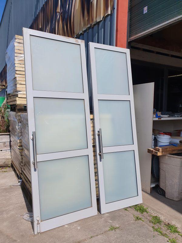 Hoge aluminium deuren met glas